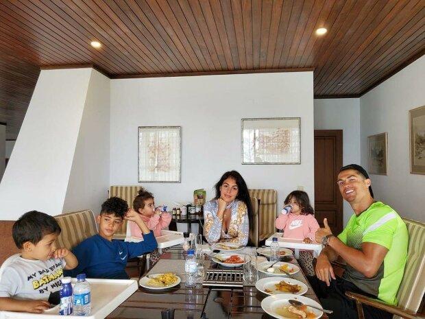 Криштиану Роналду с семьей, фото с Instagram