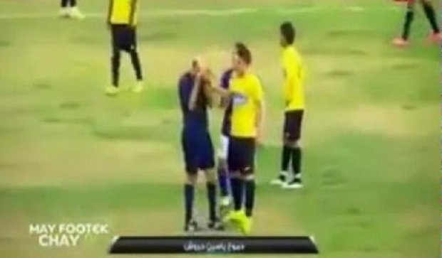 Футбольный арбитр расплакался во время матча (видео)