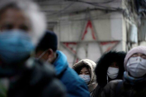 Ломляться через огорожі та протягують останні гроші: в мережі з'явилося відео зі зневіреними китайцями