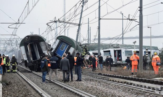 Слетели с рельсов все вагоны: новый экспресс попал в жуткую аварию, десятки жертв, первые кадры