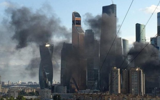Хмарочос спалахнув в Москві: перші кадри