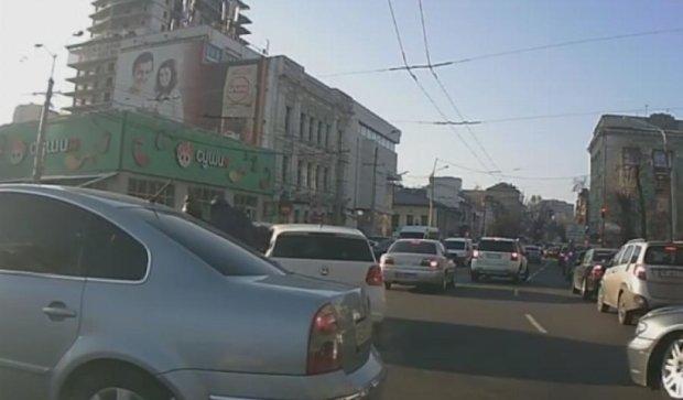 В Днепропетровске на ходу ограбили машину (видео)