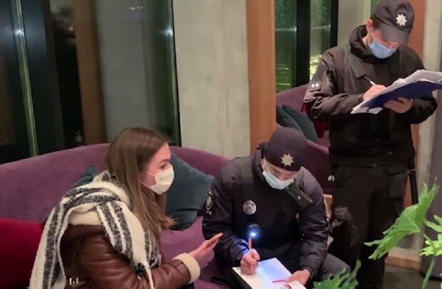 Поліція у ресторані, кадр з відео