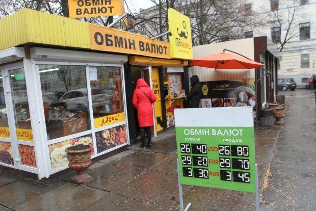 Курс валют на 26 октября: гривна стремительно теряет свои позиции, украинцы начали паниковать