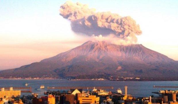 Япония из-за извержения вулкана эвакуирует жителей