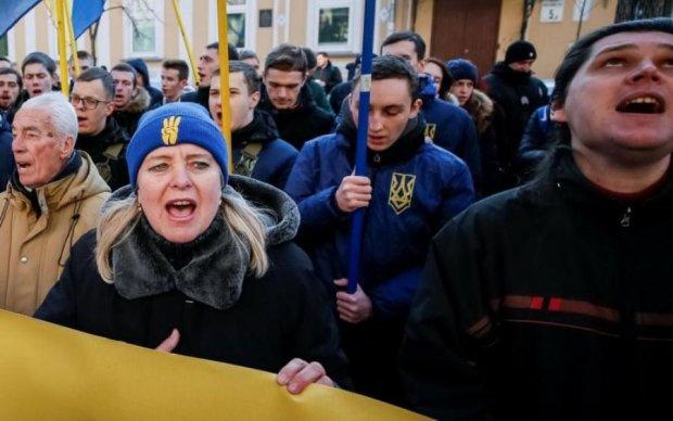 Кулаки чешуться: розлючений натовп суне на Київ