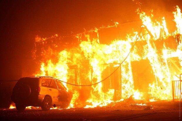Жахлива пожежа у Харкові незабаром перекинеться на житлові райони: страшні фото
