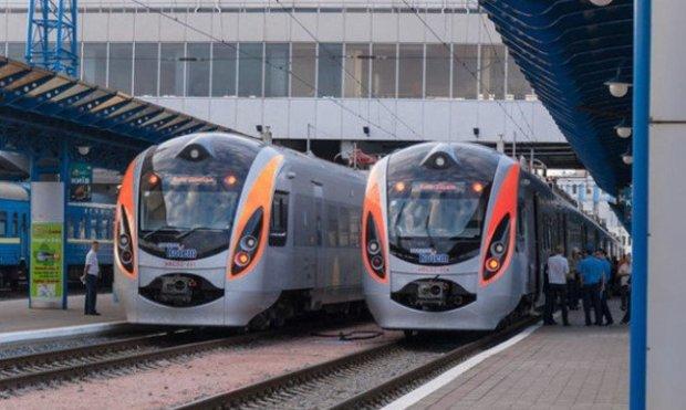 """""""Замість нових вагонів — катівні"""": Укрзалізниця витратить мільйони, щоб """"зв'язати"""" пасажирів"""