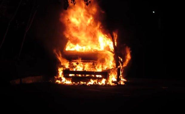 У Києві спалахнув легковик, ніхто і близько не підходив: подробиці містичної НП