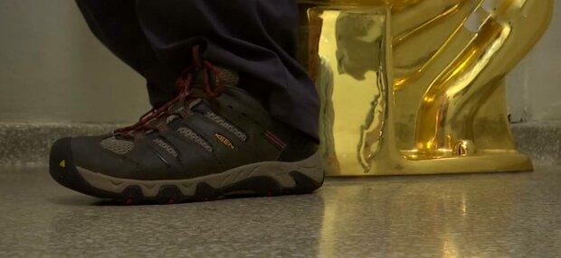 Золотой унитаз, фото: скриншот из видео