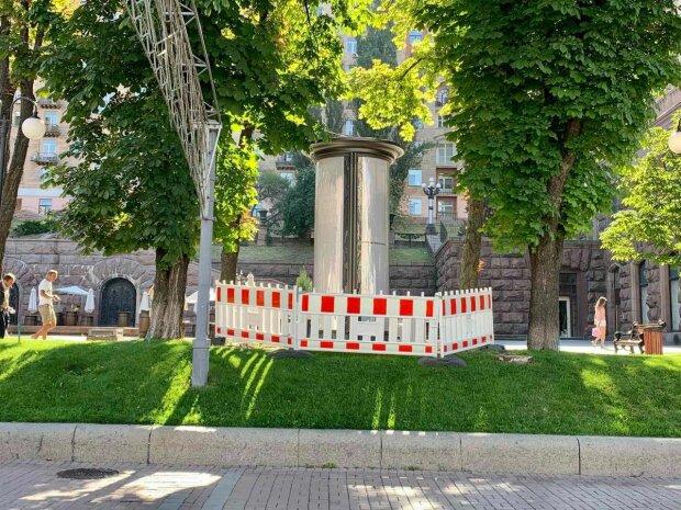 В Киеве установили туалеты, которые похожи на рекламные щиты - смотри не перепутай