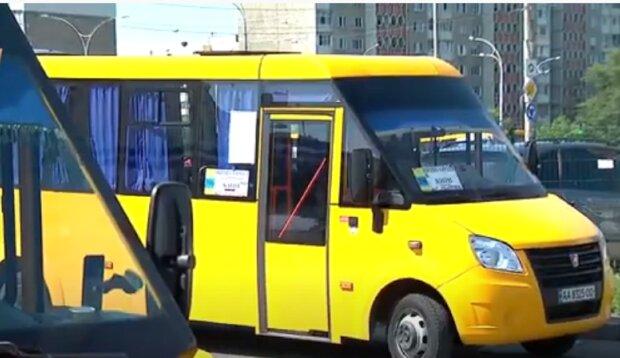 Водія київської маршрутки засікли за мерзенним заняттям: робив це просто за кермом