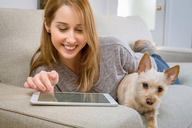 дівчина з собакою, фото Pxhere