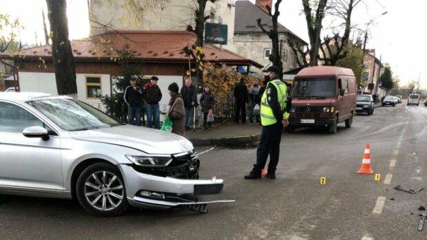 """На Львівщині мотоцикліст зніс дитину, моляться навіть лікарі: """"Живи, маля"""""""