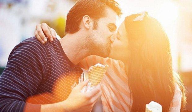 Сьогодні планета святкує Всесвітній день поцілунків (фото)