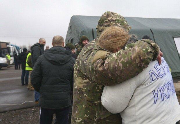 """""""Мама, я тебя люблю"""": освобожденные из плена украинцы впервые поговорили с близкими, сердце разрывается"""