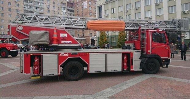 В Харькове на улицу выгнали сотни студентов, к общежитию мчатся пожарные и спасатели: что происходит