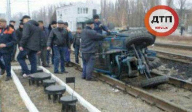 Під Харковом потяг розірвав на частини трактор (фото)