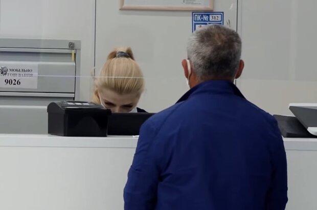 Выдача документов, кадр из видео