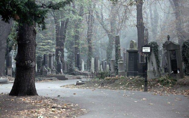 """Шашлыки и пляски на могилах: в Мелитополе кладбище превратили в """"ночной клуб"""", дикие кадры загробной вечеринки"""