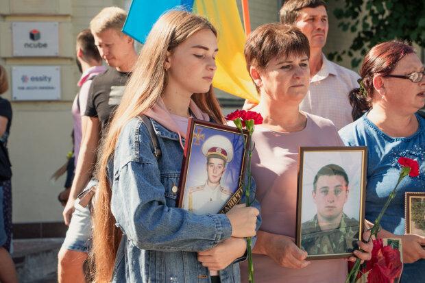 Як в Києві вшанували пам'ять героїв Іловайської битви: сльози текли струмками, моторошні кадри