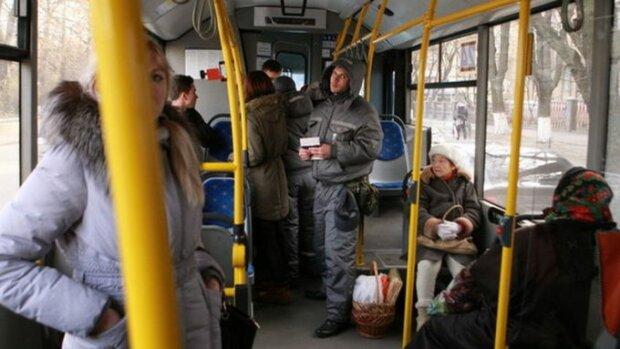 """У Харкові бритоголові """"братки"""" пішли стінка на стінку в тролейбусі, дике махалово пережили не всі"""