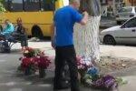 Краще не купуйте квіти з вулиці - продавець обхаркав букети і потрапив на камеру