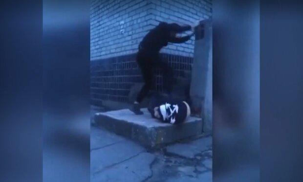 Малолітній неадекват мало не вбив однолітка перед камерою: лупцював ногами та стрибав зверху
