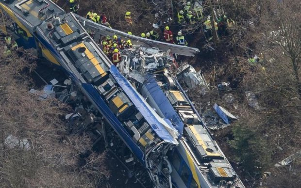 Потяг переплутав станцію з огорожею: десятки постраждалих
