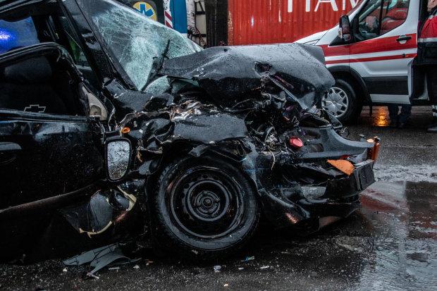 Київщину приголомшила масштабна ДТП: десятки жертв та понівечені автівки