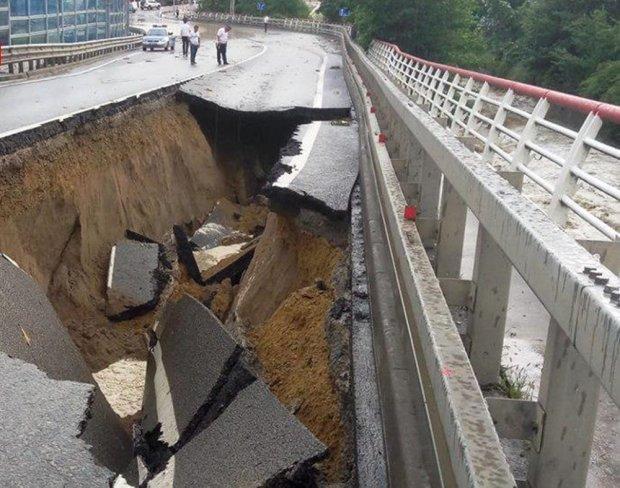 Ворота пекла на воді: путінський міст провалився під землю, кадри аварії перелякали мережу