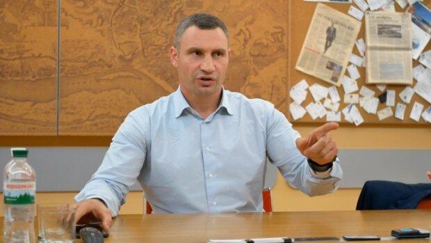 """Кличко обіцяє нові трамваї на Борщагівку, """"вже на підході"""": кияни згадують провал з горе-мостом"""