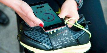 4d78ab6024d4ea Щоб активувати спеціальний додаток, досить буде піднести смартфон до підошви  кросівок, у яку вбудований NFC-чіп. Володарі смарт-кросівок отримають масу  ...