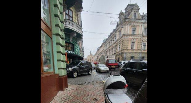 """В Черновцах герой парковки заставил маму с коляской """"бросаться"""" под машины: """"Сделаем оленя известным"""""""