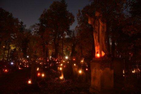 Личаківський цвинтар у Львові засяяв тисячами лампадок: любимо і пам'ятаємо