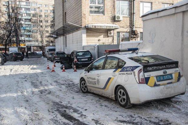 В Киеве авто с мертвым водителем на полной скорости влетело в дом: видео