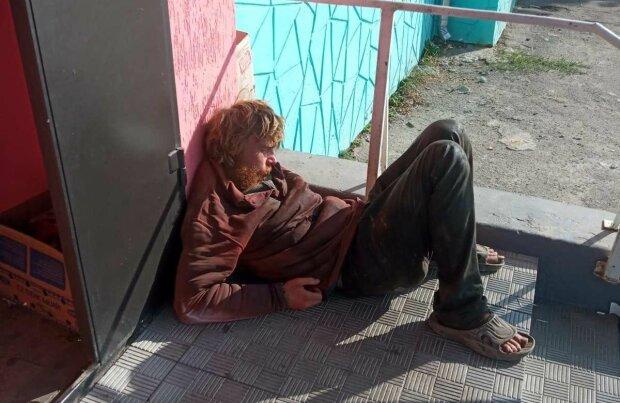 """Під Дніпром безхатько перетворив життя городян на пекло, сміття і сморід на весь район: """"Діти, тікайте!"""""""