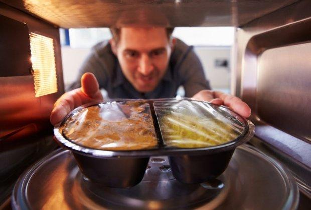 Опасно для жизни: какие продукты категорически нельзя разогревать в микроволновке