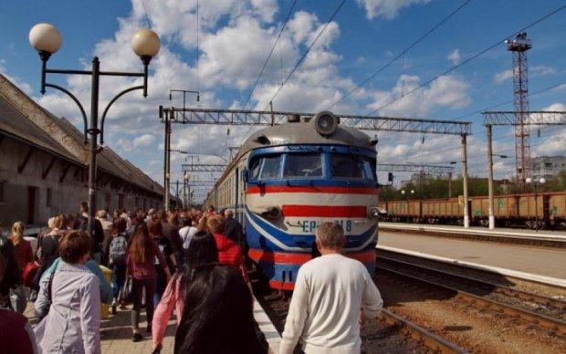 Лопнуло терпение: пассажиры устроили скандал и блокировали движение поездов