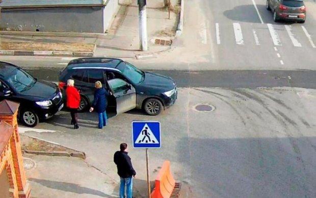 Виновница ДТП накинулась на водителя с инвалидностью: соцсети в ярости