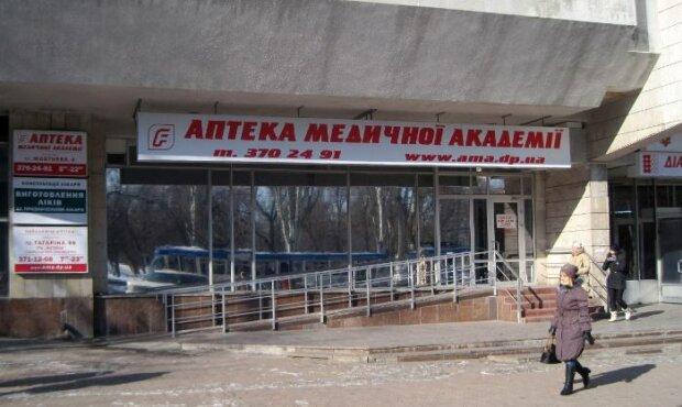Працюють віртуози: у центрі Дніпра в аптеці помітили нахабних злодійок, - вибирають жертву заздалегідь