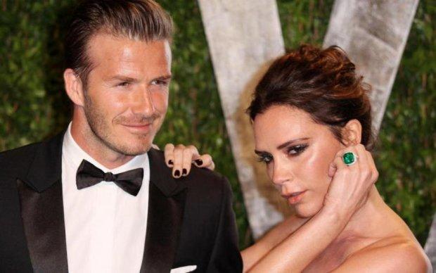 Виктория Бекхэм одела мужа в платье, а он и не заметил: фото