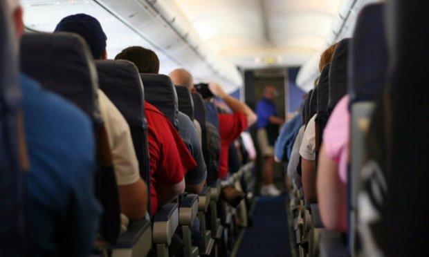 Фатальний вибір: пасажирка літака замість дверей туалету відчинила аварійний вихід