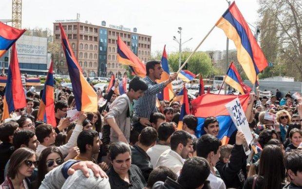 Майдан в Ереване: тысячи протестующих, перекрытые улицы и первые пострадавшие