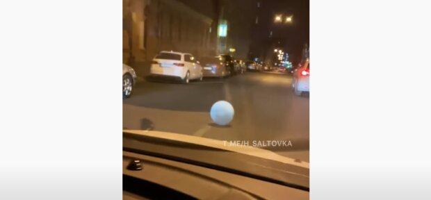 Харьковчан напугал каменный шар на улице – подмял под себя машины и укатился