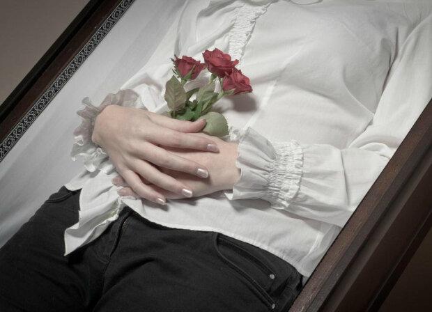 Жінка провела ніч у труні, намагаючись позбутися від невезіння, і померла
