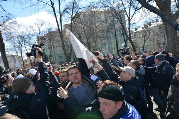 Монахи в камуфляже, оцепление Нацгвардией, драка под гимн: как прошел митинг Порошенко в центре Киева