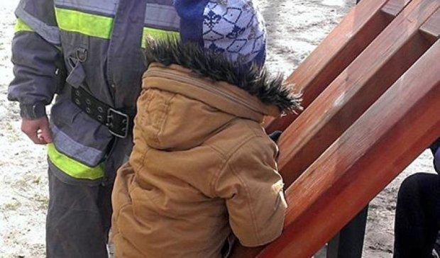 В Києві 8-річний хлопчик застряг на дерев'яній гірці (фото)