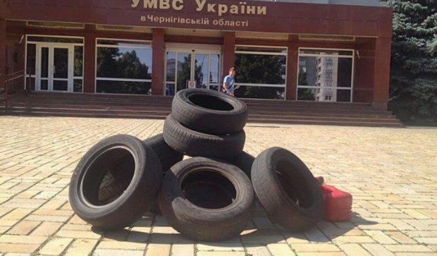 """Бойцы """"ОУН"""" принесли шины под здание черниговского МВД (фото)"""