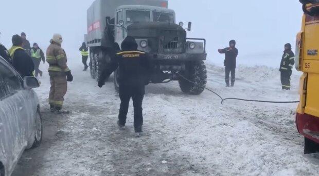 Рятувальники, кадр з відео, зображення ілюстративне: Facebook ДСНС України